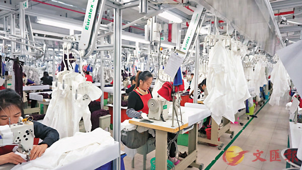 ■深圳華絲拓展國內市場,探索自主設計生產模式。圖為華絲生產線。  受訪者供圖