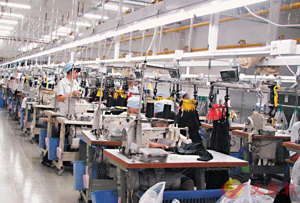 ■馮裕鈞表示,貿易戰導致人們停止投資,因為他們「不知道去哪裡投資。」圖為內地一製衣廠。 資料圖片