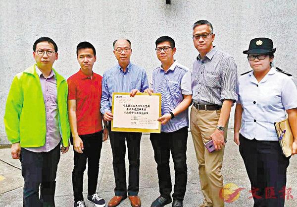 ■柯創盛(左一)早前與運輸及房屋局局長陳帆(左三)到公共屋�h視察衛生情況。