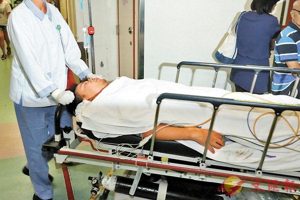 ■雙腳掌被夾傷的男工人在醫院接受救治後要留院繼續治療。香港文匯報記者劉友光  攝