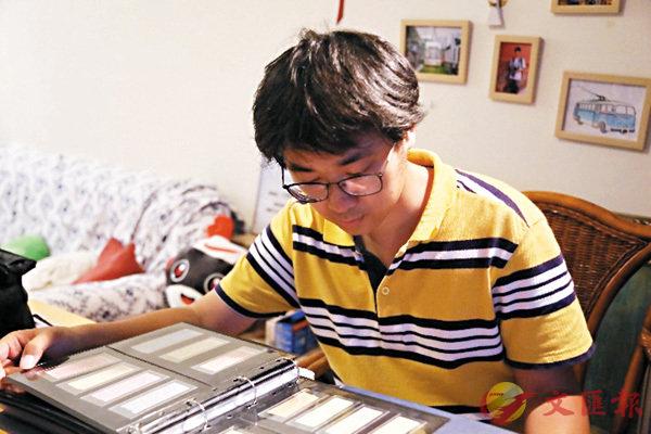 馬騰騰如今已收藏了超過10萬張北京公交車票。圖為馬騰騰正在整理自己的車票冊。 網上圖片