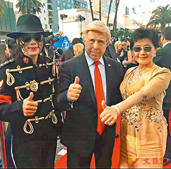 ■王小瑞(右一)與國際影視文化名人交流。