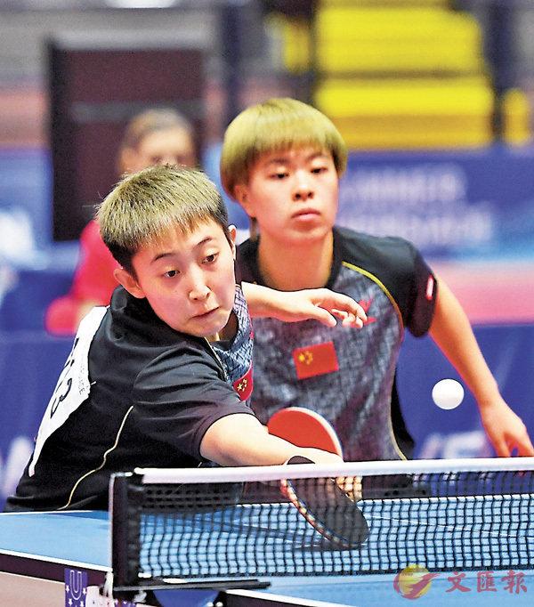 ■范思琦(左)/王藝迪以4:0戰勝隊友奪女雙冠軍。 新華社
