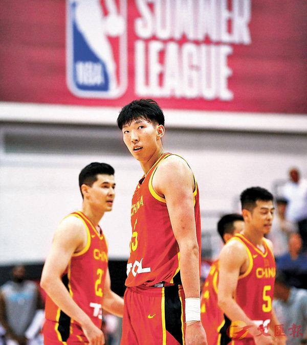 ■周琦(中)拿下14分和17個籃板。新華社