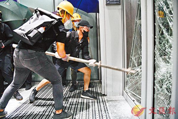■民陣硬將衝擊責任推卸給政府「一直拒絕回應市民訴求」。圖為示威者破壞立法會玻璃門。 資料圖片