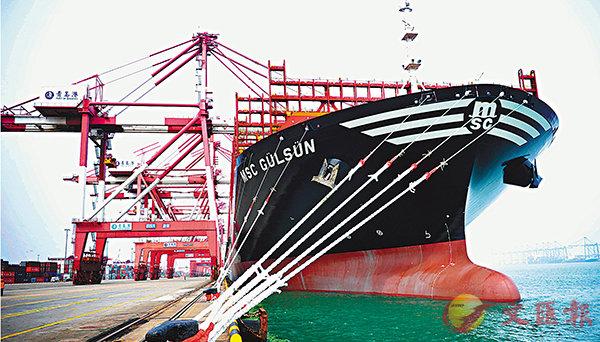 ■有專家指,上半年外貿取得增長,初步完成了中央提出的「穩增長」任務。圖為世界載箱量最大貨櫃船「地中海古爾松」首次抵達青島港。 新華社