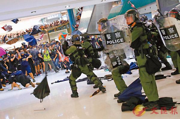 ■暴力示威者在商場內飛遮插向警員。 路透社