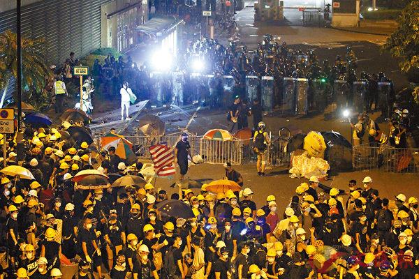■警方開始對源禾路的非法集結者清場。 香港文匯報記者 攝