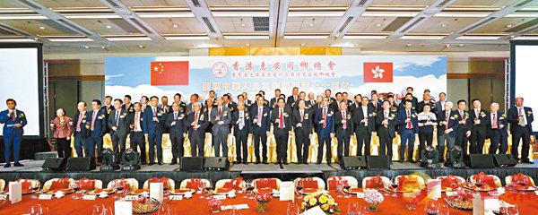■香港惠安同鄉總會舉行新一屆董事會就職典禮,賓主舉杯慶祝。 香港文匯報記者曾慶威  攝