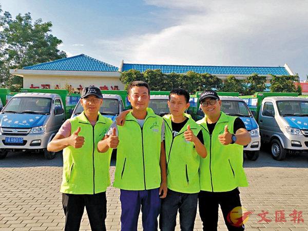 張宏川(左二)和同事。 網上圖片