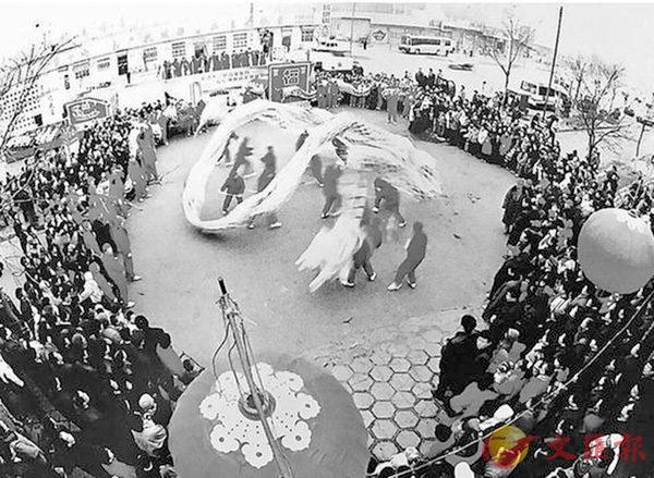 圖為記錄太原正月十五舞龍的老相片。 網上圖片