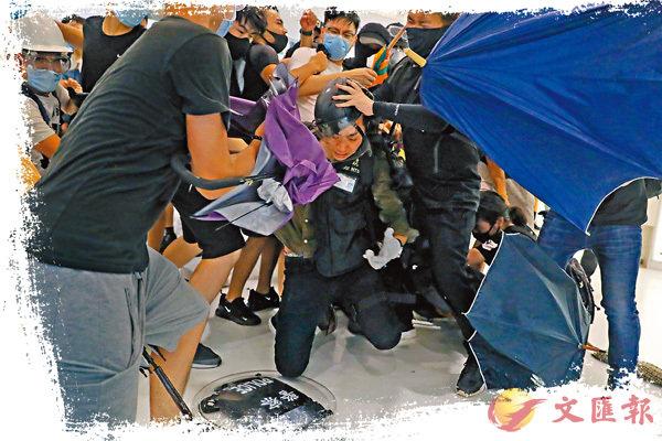 ■有暴徒謀劃在7月21日(周日)再向警察施暴,狂言毒打「落單警察」綑綁示眾。圖為7月14日暴徒在沙田新城市廣場圍毆「落單警察」。 資料圖片