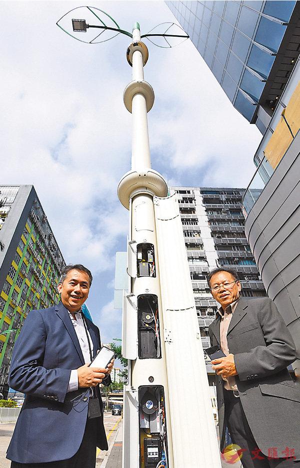 ■鄭重山(右)介紹智慧燈柱先進設計。智慧燈柱裝有不同的智能裝置,收集實時城市數據在資料一線通作開放數據,以及加強城市和交通管理。