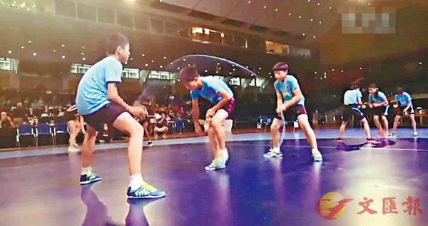 ■ 黃俊凱、姜大禮、金振宇以30秒單腳143個的成績,打破了世界紀錄,達到平均1秒9.5次的頻率。 網上圖片