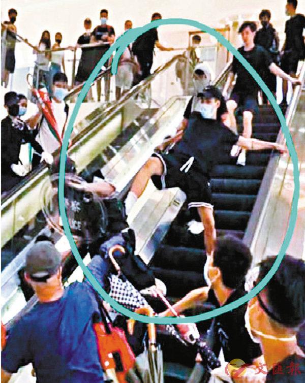 ■在沙田新城市廣場踢警員落扶手電梯的暴徒,被網民拍到逞兇一刻。 網上圖片