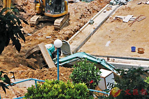 ■大埔發生地盤挖泥車翻側壓斃工人意外。  香港文匯報記者鄧偉明 攝