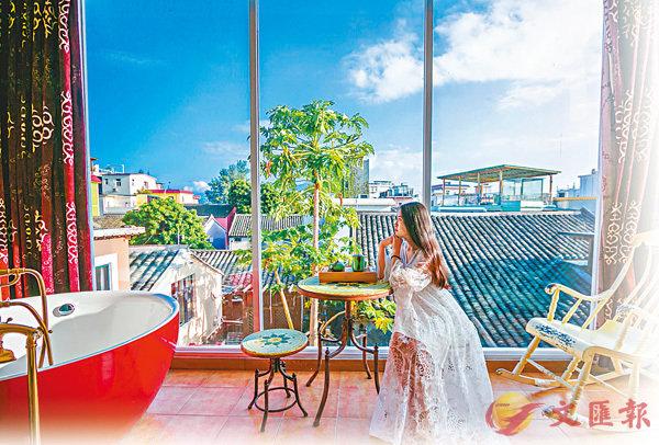 ■ 較場尾有300多家風格各異的民宿。圖為一名遊客在一間當地民宿的房間內享受陽光。網上圖片