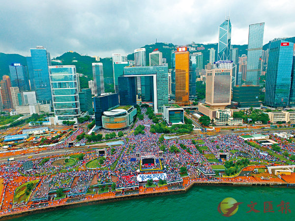 ■31.6萬跨年齡、跨階層的市民昨日聚集添馬公園參加「守護香港」集會,市民無懼風雨,紛紛表達撐警察、反暴力、護家園的心願。 香港文匯報記者  攝