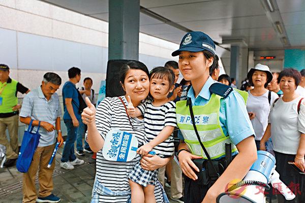 ■參加集會的民眾紛紛與執勤警員合影,以示支持。香港文匯報記者  攝