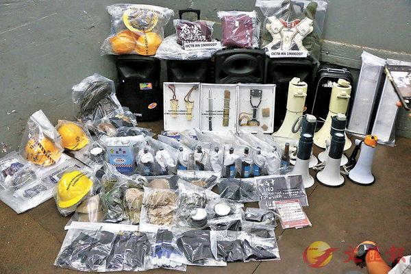 ■警方有組織罪案及三合會調查科在武器庫內檢獲的大批「港獨」分子裝備,全部在過往示威中出現。香港文匯報記者  攝