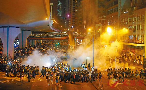 ■ 警方防線推進到上環時,多次向示威者發射多枚催淚彈和胡椒球彈。 香港文匯報記者 攝