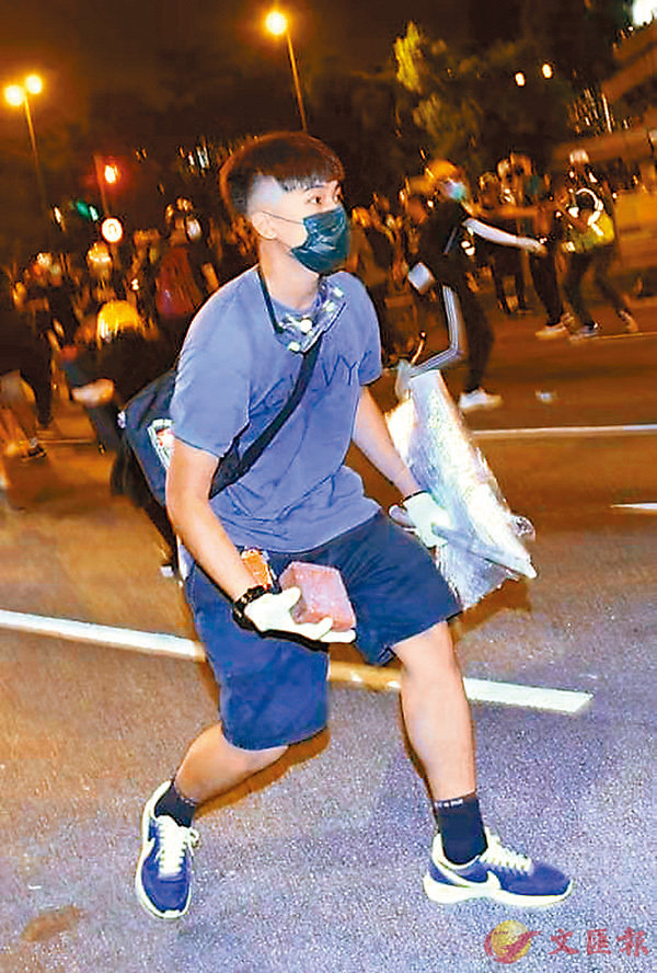 ■ 暴徒用磚頭擲向警方防線。
