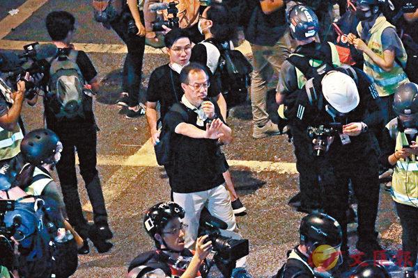 ■ 反對派立法會議員不斷要求警方給足夠時間讓示威者散去。圖為張超雄。 香港文匯報記者 攝