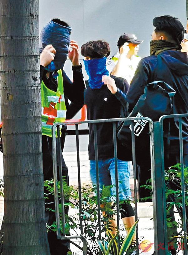 ■昨日下午4時前,一批黑衣青年開始在灣仔修頓球場附近用布巾蒙起面部。香港文匯報記者  攝