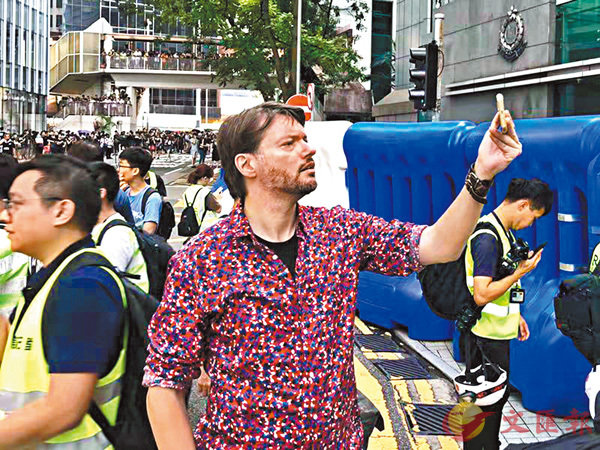 ■神秘外籍男子昨日身處示威最前方,不時舉機拍攝。