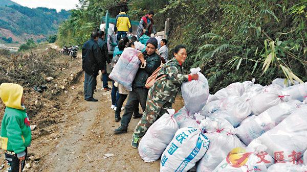 ■每隔一段時間,麥瓊芳就會把收集到的舊衣物及糧食送到貧苦的村屯。百色市委宣傳部供圖