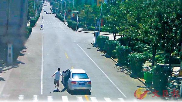 ■ 胡文剛奮力追車,鞋也跑掉了。 網上圖片