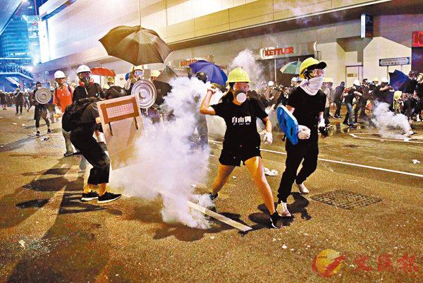 ■7月21日,暴力示威者攻擊警方。 資料圖片