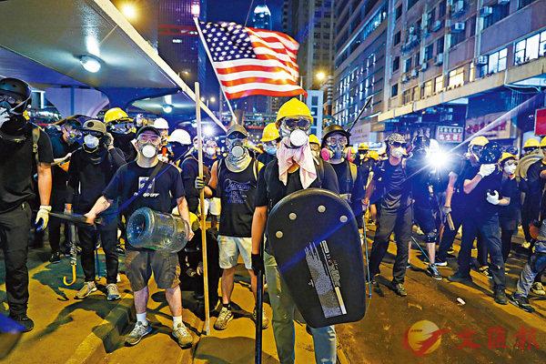 ■7月21日晚,穿黑衣的暴力示威者手持攻擊性武器列陣。 資料圖片