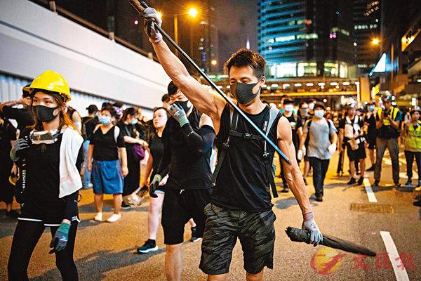 ■7月21日晚,暴力示威者將雨傘拆走傘蓋,傘柄就成為了攻擊性武器。 資料圖片