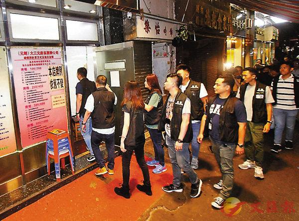 ■警方昨晚再到元朗一帶娛樂場所進行查牌。圖為探員到炮仗坊一間麻雀館巡查。 香港文匯報 記者  攝
