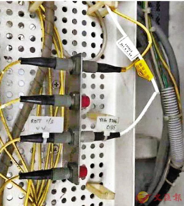 ■網上圖片所見,光纖電箱內一條白色包膠的光纖線明顯被剪斷。