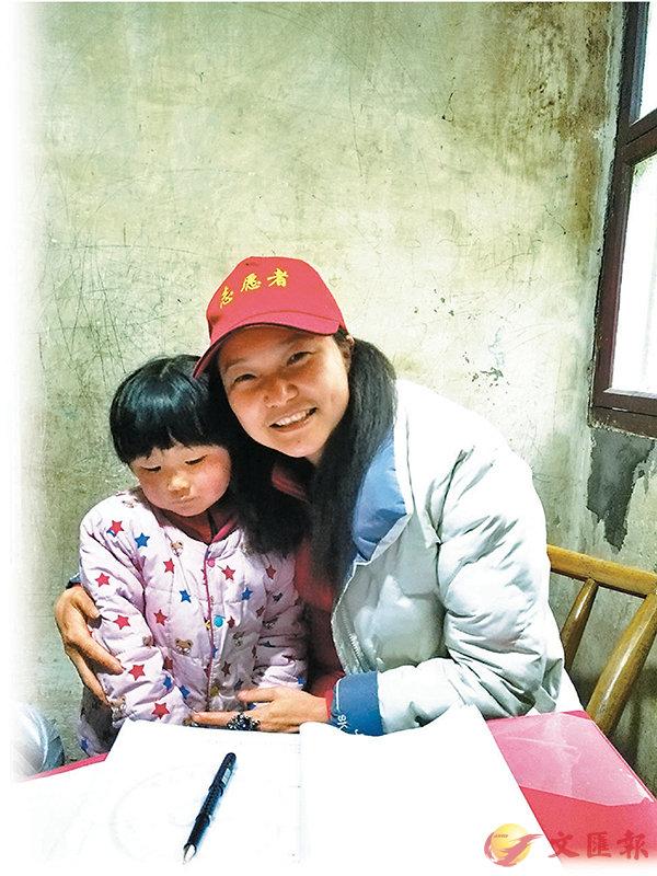 ■ 洪雲子(右)走訪貧困學生。受訪者供圖