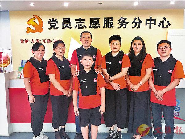 ■ 洪雲子(右二)、鍾梓煜(前排一)與義工之家的義工。 香港文匯報記者趙臣 攝