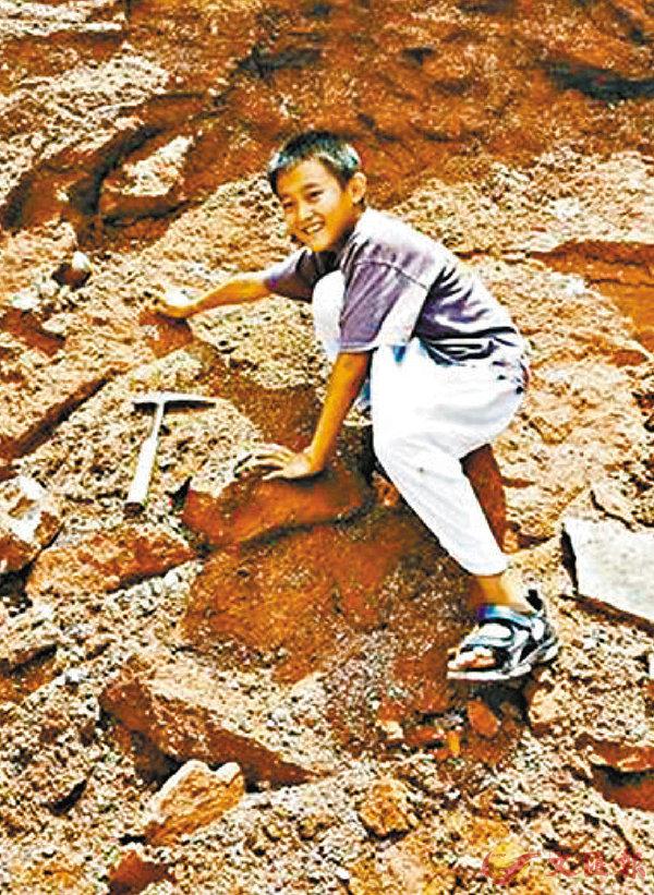 ■ 9歲小學生張仰�F在河岸遊玩時意外發現恐龍蛋化石。 網上圖片