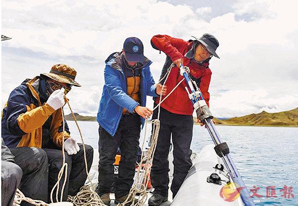 ■ 第二次青藏科考首次完成對羊卓雍錯全面的水深測量。圖為科考隊員投放重力鑽,準備鑽取湖泊沉積岩芯。 網上圖片