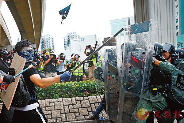 ■非法示威者手持鐵通瘋狂襲警。 路透社