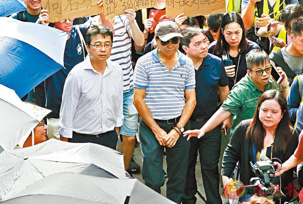 ■鄭國漢(戴帽者)昨日到場「觀察」。 香港文匯報記者  攝