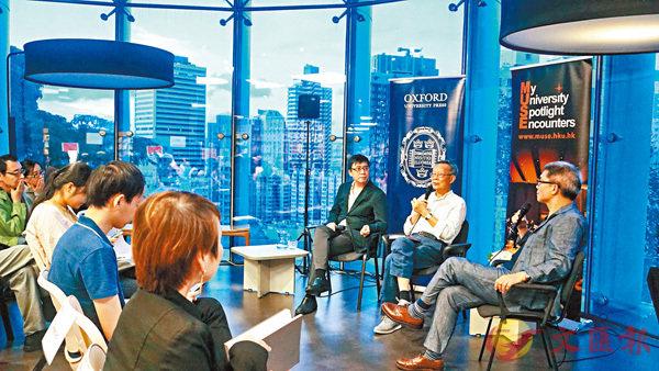 ■(左起)邵頌雄、李歐梵日前在香港大學對談,講述「諸神的黃昏」。主辦方提供