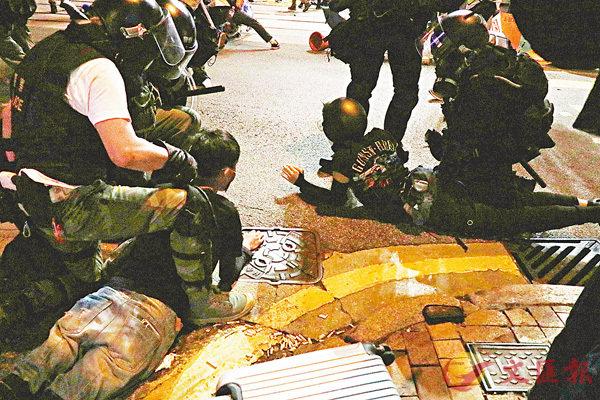 ■警員制伏暴徒。 資料圖片
