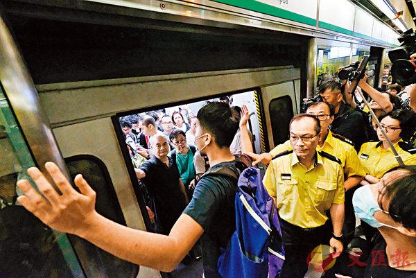 ■口罩無賴擋車門。 香港文匯報記者  攝