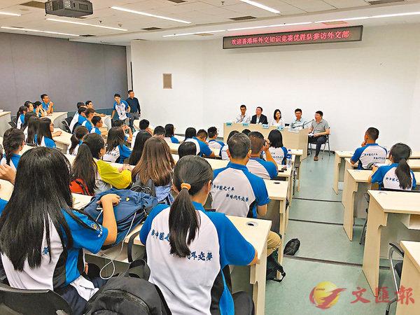 ■港生與五位青年外交官交流。香港文匯報記者馬靜  攝