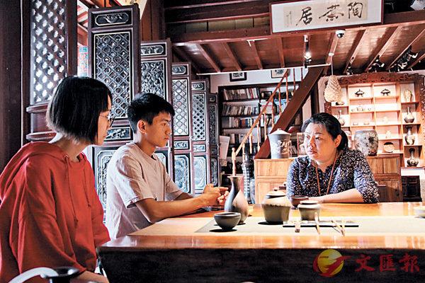 ■傳授技藝之餘,田靜(右一)注重對徒弟灌輸為人做事的道理。香港文匯報記者丁樹勇  攝