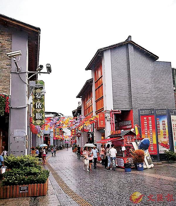 ■太平古街兼備了傳統民俗與現代情調兩種態度,成為集文化、商業、旅遊、休閒、餐飲為一體的特色古街。 香港文匯報記者黃寶儀 攝