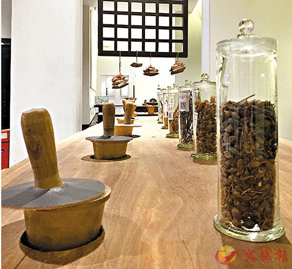 ■配藥區擺放�茼h種珍貴養生藥材,遊客可以自行體驗涼茶配置。 香港文匯報記者黃寶儀 攝