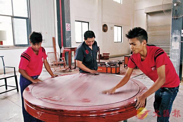■中國師傅向蘇擺(左)、當溫悉心傳授技藝。